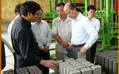 Mr. Tran Duy Canh and customers visit the factory