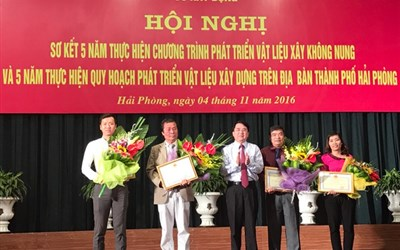 Mr. Tran Duy Canh took a commemorative photo at the conference